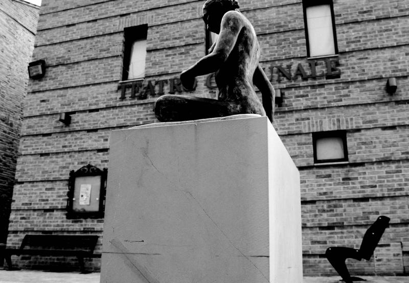 altidona teatro statua slide
